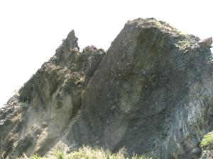 波の音が岩で反射している