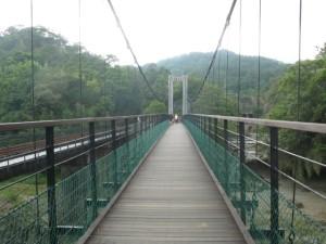 揺れる橋を渡る
