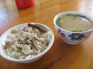お味噌汁と鶏肉ご飯