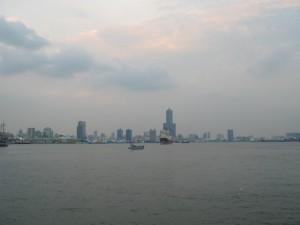 船から高雄港を見る