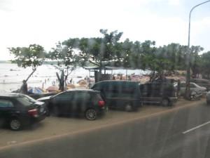 バスの中からメインビーチ「南湾」の恐ろしい光景がチラリ
