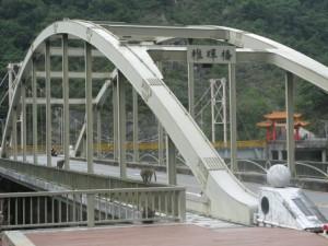 橋渡りたいのに猿がいます