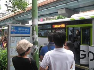 バス停、日本人だらけ!